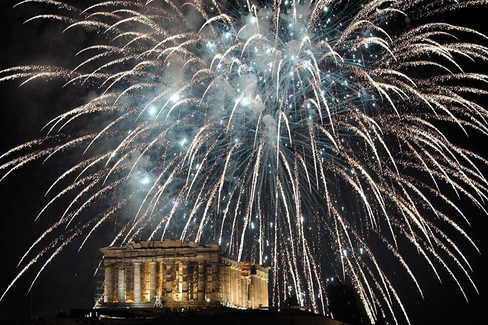 Праздничный салют во время празднования Нового года в Афинах, Греция