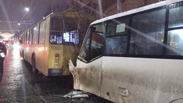 В Рязани столкнулись маршрутка и троллейбус, среди пострадавших есть дети