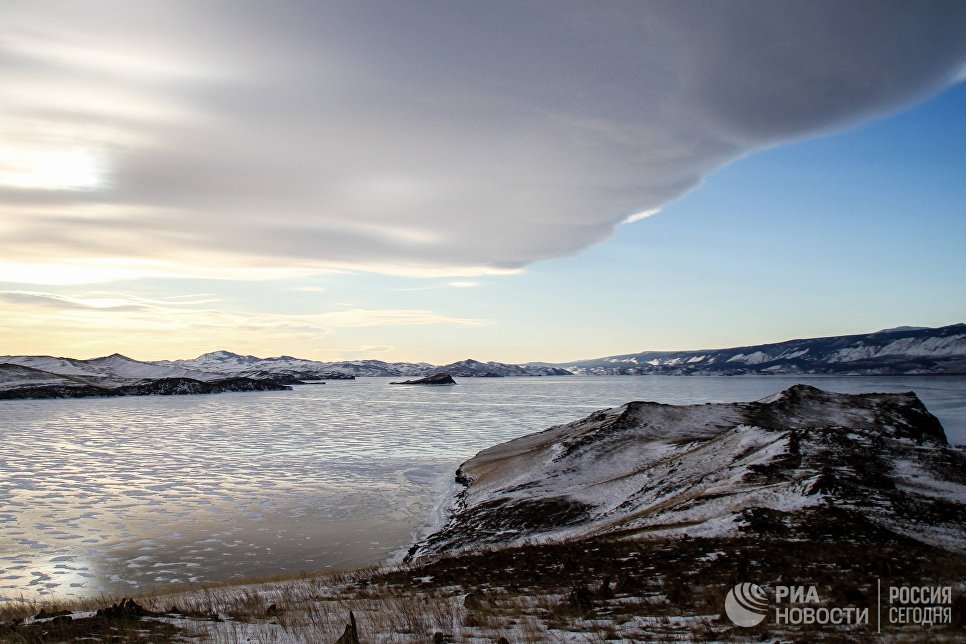 Лед на озере Байкал возле острова Огой