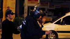 Cотрудники полиции задерживают человека во время демонстраций против роста цен и повышения налогов в Тунисе. 10 января 2018