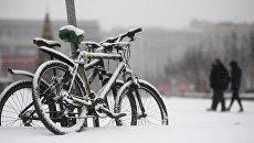 Велосипеды под снегопадом в Москве. Архивное фото