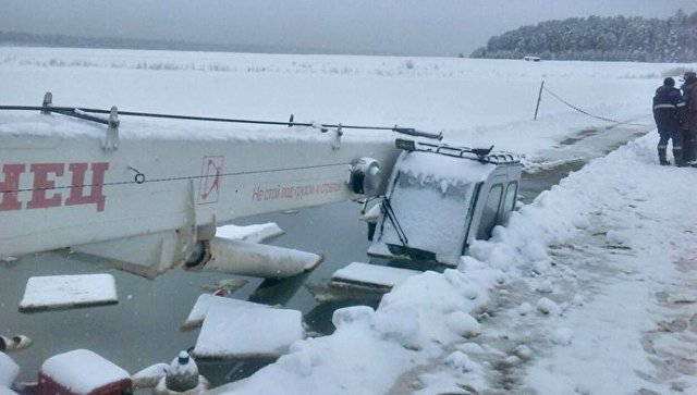 Бензовоз с 20 тоннами топлива провалился под лед на реке Лене. 12 января 2018