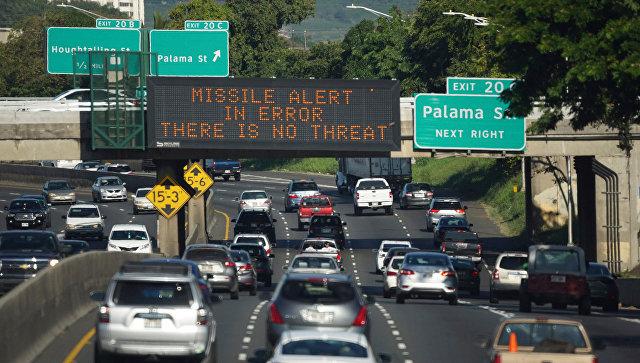 фСообщение Ракетное предупреждение ошибочно, нет угрозы на табло над автострадой в Гонолулу, Гавайи. 13 января 2018редупреждение ошибочно, нет угрозы на табло над автострадой в Гонолулу