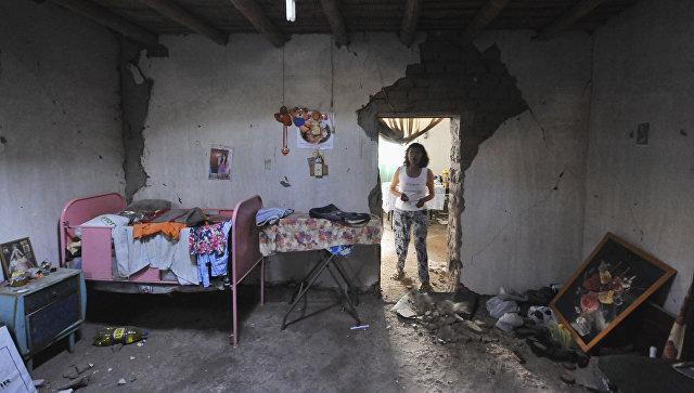 Женщина в доме, поврежденном землетрясением силой 7,1 баллов, поразившем побережье южного Перу. 14 января 2018