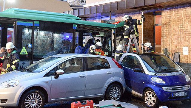 Ученический автобус врезался встену вГермании, большое количество пострадавших