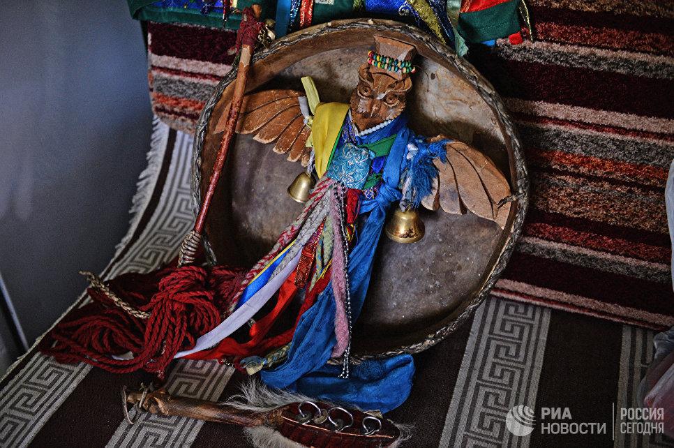 Шаманский бубен. К бубну привязывают разноцветные ленты (чалама), колокольчики и бубенцы. Считется, что они отпугивают злых духов и оберегают самого шамана. На рукоятке бубна изображают животных, птиц, человеческие лица.  Они олицетворяют собой дух шамана.