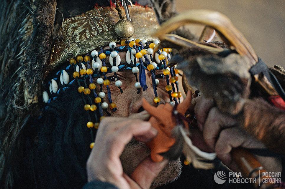 Шаман общества Адыг Ээрен (Дух медведя) в одной из комнат дома, принадлежащего шаманской организации.