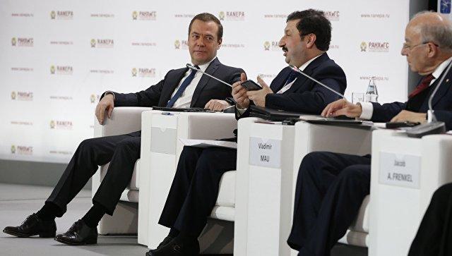 Премьер-министр РФ Дмитрий Медведев и ректор РАНХиГС Владимир Мау на пленарной дискуссии Гайдаровского форума. 16 января 2018