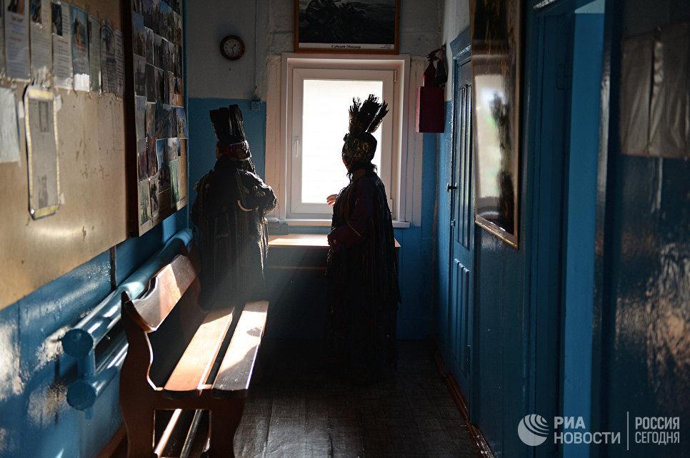 Шаманы общества Адыг-Ээрен (Дух медведя) в ожидании посетителей в доме, где находится шаманское общество в Кызыле.