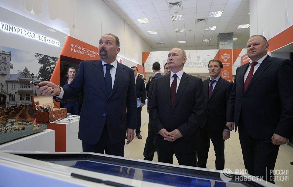 Владимир Путин и министр строительства и жилищно-коммунального хозяйства РФ Михаил Мень в Коломне. 17 января 2018