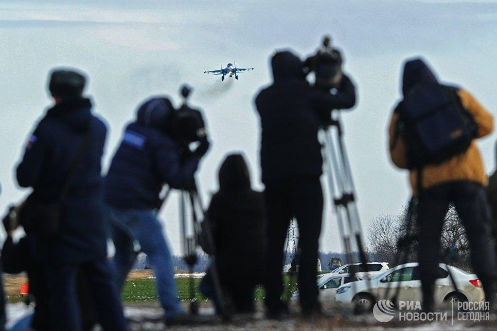 Журналисты наблюдают за посадкой на автотрассу в Ростовской области истребителя-бомбардировщика Су-34 в ходе летно-тактических учений 4-й армии ВВС и ПВО Южного военного округа