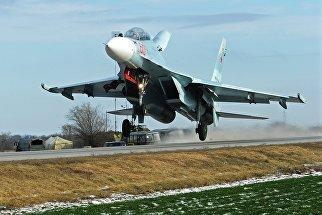 Тяжелый истребитель Су-30М2 во время посадки на автотрассу в Ростовской области в ходе летно-тактических учений 4-й армии ВВС и ПВО Южного военного округа