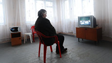 Мужчина смотрит телевизор. Архивное фото