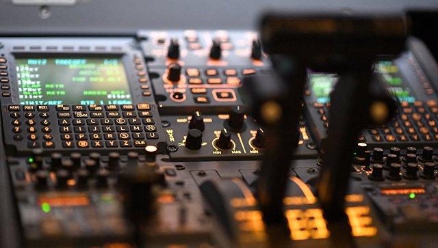 Приборы в кабине пилота авиатренажера. Архивное фото