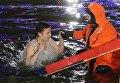 Девушка во время традиционного праздничного купания в Крещенский сочельник у Храма Святителя Николая в Измайловском Кремле в Москве