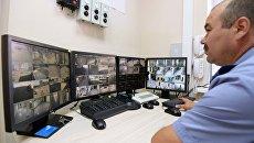 Демонстрация системы видеонаблюдения в школе во время рейда инспекторов государственного пожарного надзора по проверке готовности школ к учебному году в школе №35 города Казани
