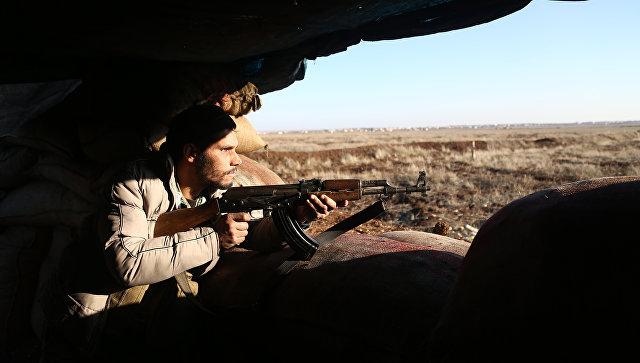 Турецкий военный из Свободной сирийской армии стреляют в позиции курдов в районе Африн. 20 января 2018