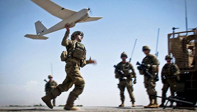 Начальник командования армии запускает беспилотный летательный аппарат Puma в провинция Газни, Афганистан. 25 июня 2012