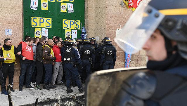 Акция протеста работников возле тюрьмы во Франции. Архивное фото