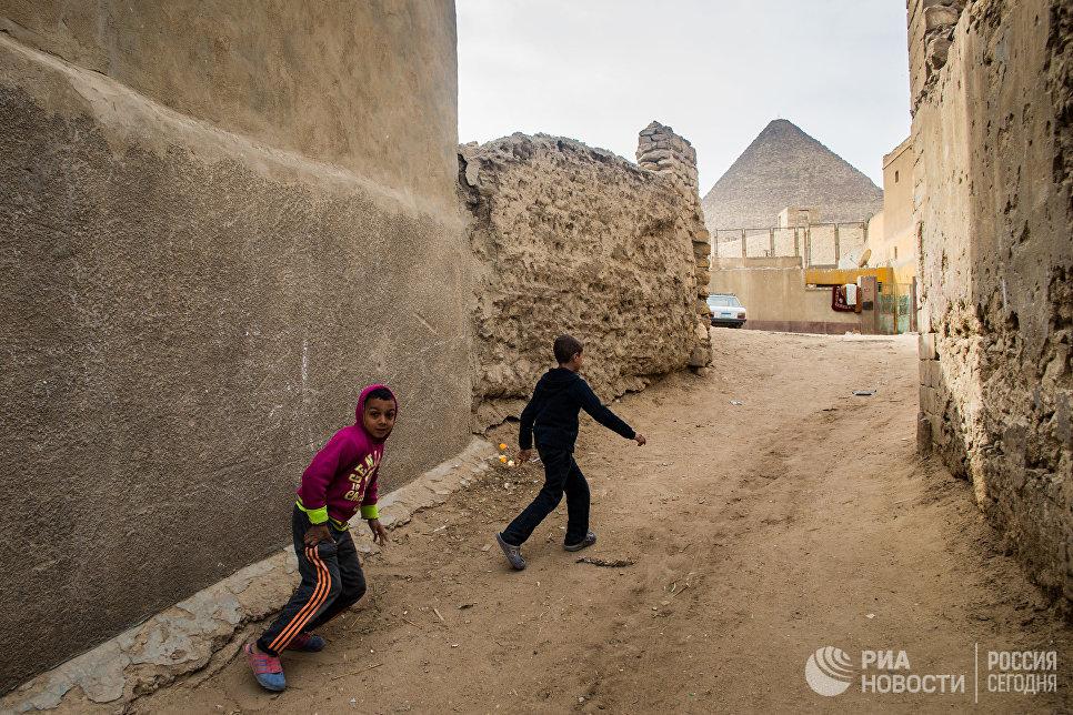 Дети играют в переулке Каира