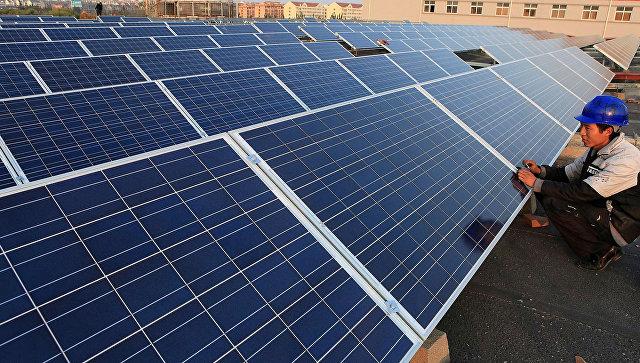 Рабочий ремонтирует солнечные батареи на заводе в Китае. Архивное фото