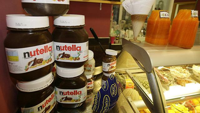 Шоколадно-ореховая паста Нутелла на прилавке магазина. Архивное фото