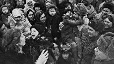 Великая Отечественная война 1941-1945 гг. Население Сталинграда встречает освободителей. Архивное фото