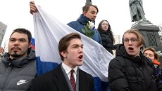 Участники несанкционированной акции на Пушкинской площади в Москве в рамках Забастовки избирателей