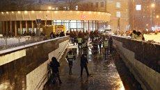 На месте обрушения деревянных конструкций строительных лесов в подземном переходе у метро Улица 1905 года Московского метрополитена. 30 января 2018