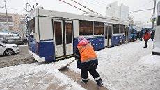 Сотрудники коммунальных служб убирают снег в Москве. 31 января 2018