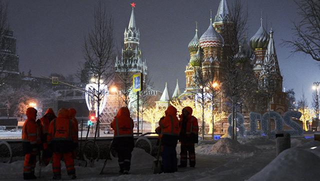 Сотрудники коммунальных служб убирают снег на улице в Москве. архивное фото