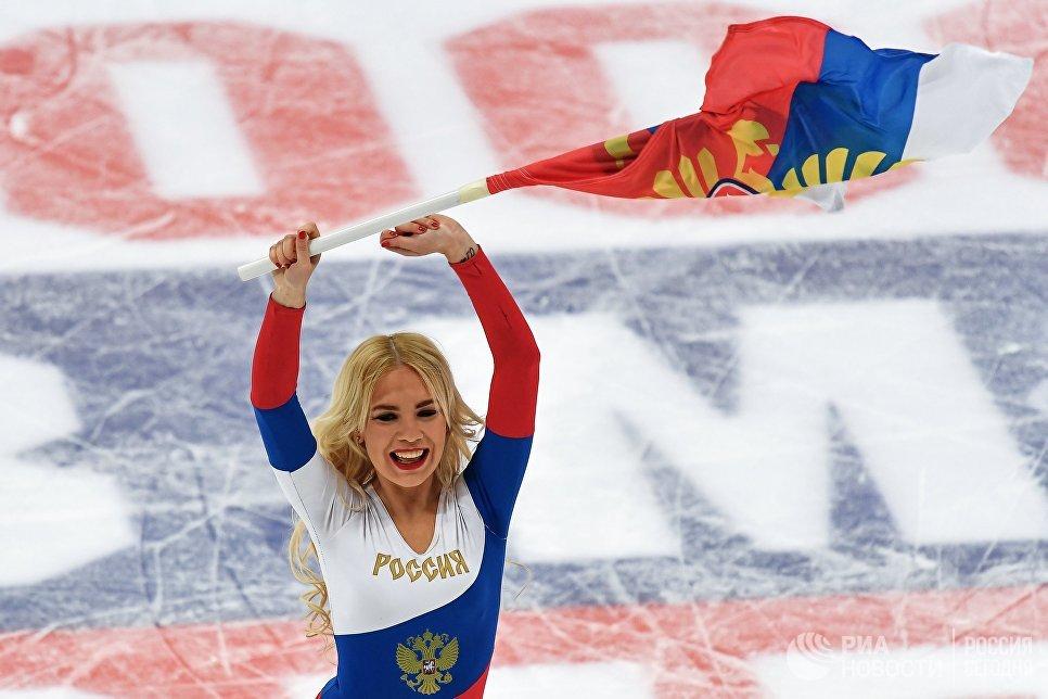 Девушка группы поддержки сборной России на товарищеском матче между сборными командами России и Белоруссии