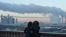 Люди на смотровой площадке в Москве. Архивное фото