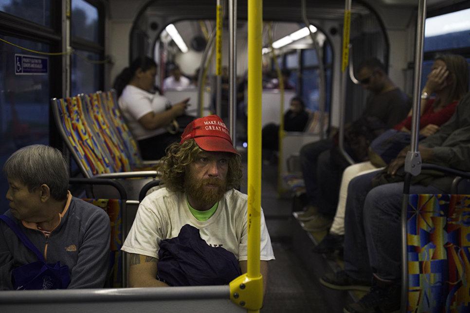 """Бездомный в кепке с надписью """"Сделаем Америку снова великой"""" в автобусе в Лос-Анджелесе"""