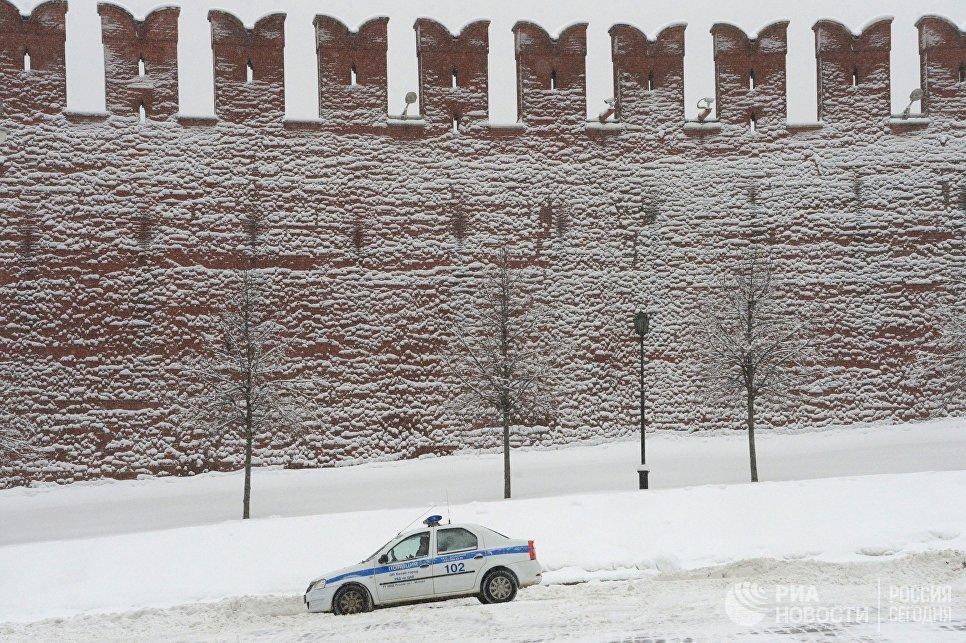 Полицейский автомобиль на Васильевском спуске в Москве. 4 февраля 2018