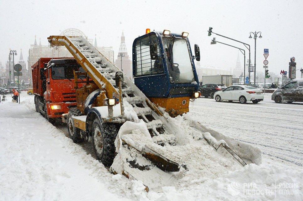 Снегоуборочная техника коммунальных служб во время уборки снега на Тверской улице в Москве. Архивное фото
