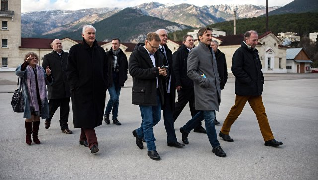 Участники немецкой делегации депутатов от партии Альтернатива для Германии осматривают винодельческий завод Массандра в рамках своего официального визита в Крым. 5 февраля 2018