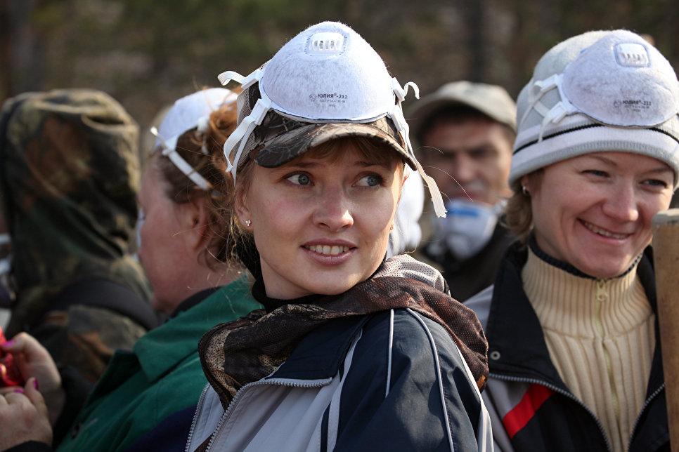 Добровольцы работают на месте пожаров в лесной зоне в черте города Братска
