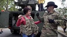 Солдат армии США танцует с женщиной во время военных учений Dragoon Ride II в 160 км от Вильнюса, Литва