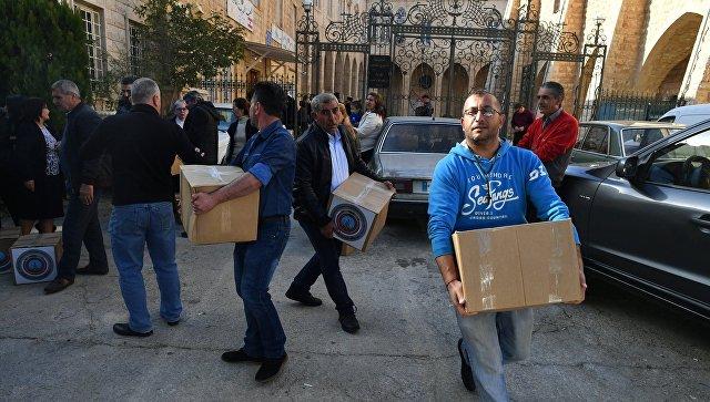 Раздача гуманитарной помощи. Архивное фото
