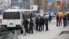 Сотрудники полиции у здания редакции газеты Вести в Киеве.
