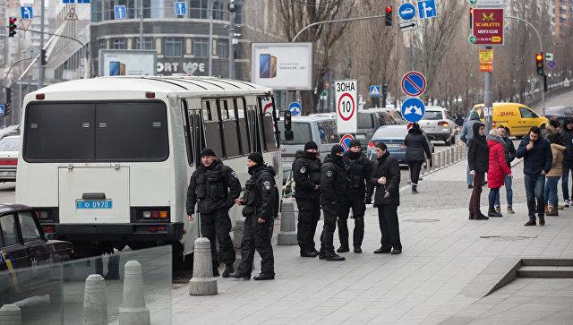 Сотрудники полиции у здания редакции газеты Вести в Киеве. 8 февраля 2018