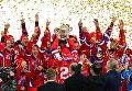 Игроки сборной России, занявшие первое место в чемпионате мира по хоккею с мячом, на церемонии награждения