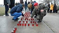 Крымчане выложили из свечей слово Гордимся в память о летчике Романе Филипове