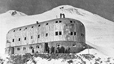 Солдаты устанавливают флаг СССР на станции Приют II на Эльбрусе