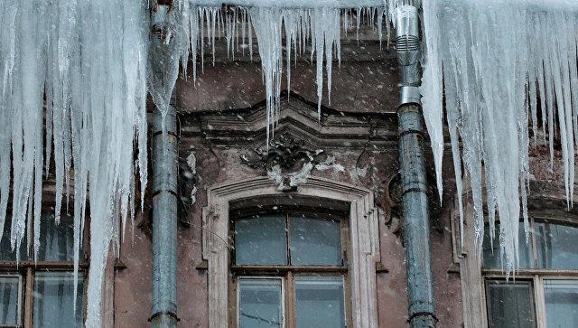 Лед на крыше дома. Архивное фото