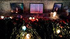 Цветы в память о погибших при крушении самолета Ан-148. Архивное фото
