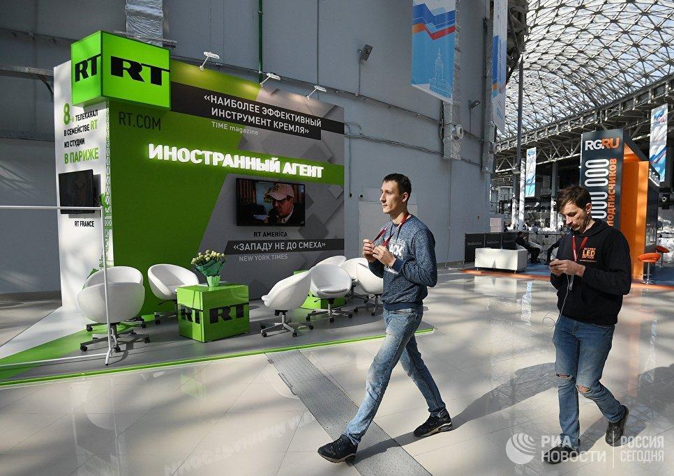 Стенд российского международного многоязычного информационного телеканала RT во время подготовки стендов к выставке в рамках Российского инвестиционного форума в Сочи