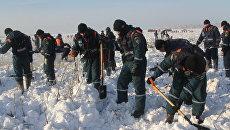 Сотрудники МЧС во время поисковых работ в районе падение самолета Ан-148. Архивное фото