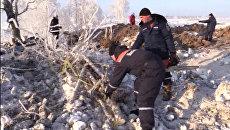 Сотрудники МЧС России на месте падения Ан-148 в Раменском районе Московской области. архивное фото